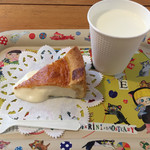 ペンション もみの木 - しぼりたて牛乳ととろけるチーズケーキのセット。600円。