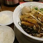 麺作 赤シャモジ 新潟東店 - 混ぜた後と、トッピングのチーズと、追い飯(無料)