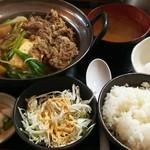金太郎 - 牛鍋(すき焼き)定食 550円、ご飯のお代りが無料で生卵も1個付きます