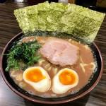 あか坂 わいず製麪 - 一番人気のり玉ラーメン(あっさり) 970円 麺は太麺
