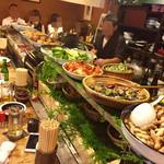 泰平 - カウンターの上には大皿料理が並ぶ