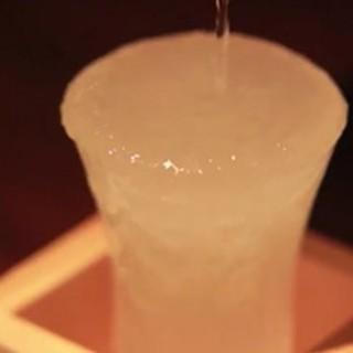 氷点下14℃の日本酒がグラスに注いだ瞬間フローズン状に!