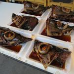 魚河岸 丸天 - 店先に設置されたテーブルの上に並べられた真鯛、勘八、鮪の兜煮