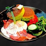 カフェ マラッカ - カフェマラッカモーニング 時間限定サラダパンケーキ ベーコンエッグ