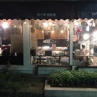 カフェ マラッカ - 中崎町カフェマラッカ(喫茶)の黒崎町公園側からみた店内(夜)