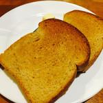 ジャルディーノ - ランチのパン。黒糖パンで軽くトーストしてある。