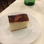 ヴィア デル サーレ - トマトのフォカッチャ。この後は別のパンが2種出てきた。どれも自家製だったと思う!