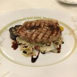 ヴィア デル サーレ - 豚ロース肉のグリル、バルサミコソース。豚ロースは特別どうってのはなかったけど、量が良かった。野菜はとてもおいしい。下にはイタリア野菜のレタスの一種だって、他にはナス、黄ズッキーニ、黄パプリカ、オクラ!