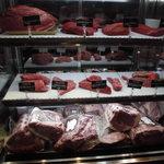 グリルドエイジング・ビーフ&デリカテッセン - 冷蔵ケースのお肉
