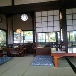 四季見茶家 - 店内(座敷のほうからテーブル席を見る)