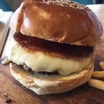 72846085 - 燻製モッツァレラチーズとマッシュルームのハンバーガー1300円
