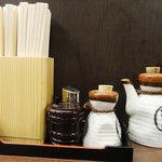 牛タン焼専門店 司 - 調味料と箸