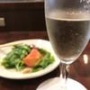 べしゃり - ドリンク写真:まずはべしゃりサラダ、シャンパンで乾杯