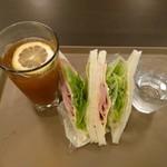ホリーズカフェ - ハムサンドセット&レモンティー(¥460)