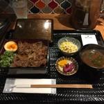 ミツマル - 炭火焼肉重  1000円(税込)