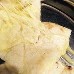 カレーの店 マヤ - チーズナンのアップ