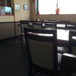 カレーの店 マヤ - 内観3。テーブル席。