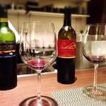 鉄板焼・旬彩 ほづみ - 赤ワインの飲み比べ。気に入った方を選んでいただきたいという、シェフのお心遣いが嬉しいです。