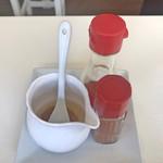 テッパンキッチン セタガヤ - ガーリックオイル、ラー油、一味唐辛子