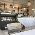 モン ボン カフェ - テーブル席並ぶ素敵なカフェです。