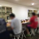 ラーメン HARU - 店内はカウンター席のみ 週末の13:00くらいで満席 待ちの方が3名いました!
