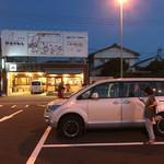 みなと食堂 - お店の目の前は広い駐車場