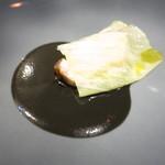 72876983 - 長崎県産スジアラ キャベツ乗せ イカ敷き ブラックオリーブとイカスミのソース