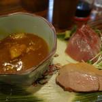 つばき - ・いなだ刺身3切れ ・鴨燻製 ・カレー味の鶏煮込み
