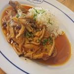 ブラッスリー ロノマトペ - (2017年9月 訪問)骨つき鶏もも肉の赤ワインヴィネガー煮込み、バターライス添え、1400円。骨離れが良い大振りの鶏肉でした。バターライスも美味しい炊き上がり。