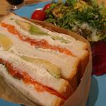 オレンジブーツ - 信州サーモンとアボカドサンドイッチ