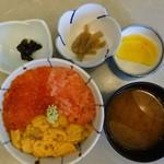 鱗晃 - 三色丼1,600円(蒸しウニ、イクラ、タラコ) 6~8月まで100円プラスで生うに提供