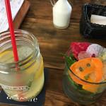 Aix cafe - ドリンクとサラダ