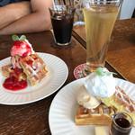 グランヒル - イチゴのワッフルとアイスコーヒーとメープルワッフルとローズヒップのアイスティー?