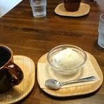 するめcafe - コーヒーとジェラート。こういうソーサーはそんなに好きじゃない。