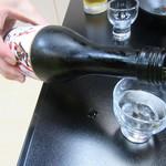 笹乃雪 - 冷酒を注ぐ