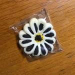 72900158 - 菓子部で購入したうちのひとつ、菊花酥(¥180)                       直径8センチほど。どのお菓子も美味しい。
