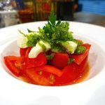 72906940 - 日高モッツァレラと完熟トマトのカプレーゼ 580円