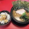 Iekeiramenoudouishii - 料理写真:ラーメン並(麺普通油多め味濃い目)490円&半たまごまぶし90円(2017.8.10)