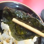 家系ラーメン王道 いしい - 海苔はスープに浸して、半たまごまぶしを包んで(2017.8.10)