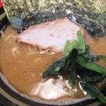 家系ラーメン王道 いしい - ラーメンアップ。スープの色が凄い(2017.8.10)