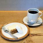 コホロエルマーズグリーンコーヒーカウンター - グラノーラチーズケーキ、エルマーズブレンド