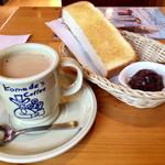 コメダ珈琲店 - 料理写真:モーニングセット(カフェオーレ440円、小倉トースト)