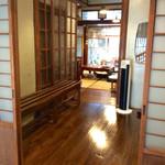 """げしとうじ - """"玄関""""から待合室に続く構造。"""
