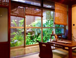 げしとうじ - 店内(室内)風景。縁側と裏庭がいい感じ。縁側の端にはお一人様席もある。