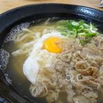 うどん こまる - ◆肉うどん(690円)+生卵(50円) お肉は甘辛く煮含めるのではなく「味噌仕立て」の優しい味わいだそう。