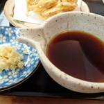 うどん こまる - *かけ汁も優しい味わいですね。 「おろし生姜」ではなく「きざみ生姜」が添えられていますので風味がいいですよ。