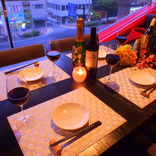 夜景が一望できるテーブル席&ゆったりカウンター席