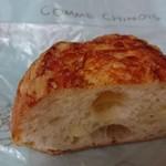 ブランジェリー コム・シノワ - プロセスチーズの入ったパンを切ったところ