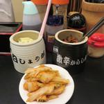 らーめん雷蔵  - セルフサービスのキムチと激辛辛子高菜。