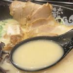 らーめん雷蔵  - 白いスープはとてもクリーミー。